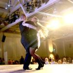 Paar tanzt auf Bühne