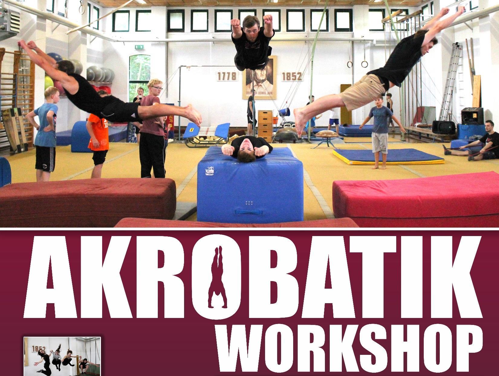 akrobatische Jugendliche in Sporthalle